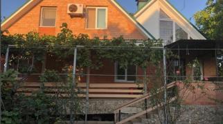 В ЗАОЗЕРНОМ продается дом с номерами для отдыха.